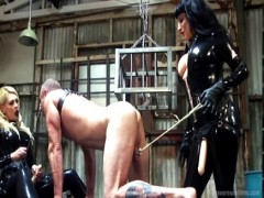 Due mistress e schiavo obbediente